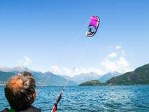 Действие Kitesurfing на озере Стоковое Фото