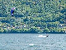 Действие Kitesurfing на озере Стоковые Изображения