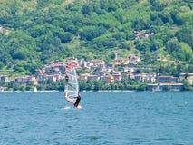 Действие Kitesurfing на озере Стоковое Изображение