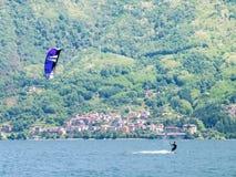 Действие Kitesurfing на озере Стоковая Фотография
