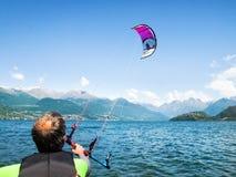 Действие Kitesurfing на озере Стоковая Фотография RF
