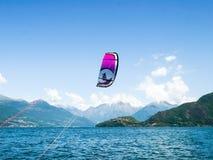 Действие Kitesurfing на озере Стоковые Фото