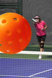 Действие Pickleball - большая подача Стоковые Фотографии RF