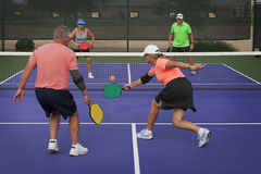 Действие Pickleball - смешанные двойники 1 Стоковое Изображение RF