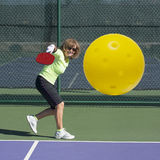 Действие Pickleball - старшая женщина ударяя удар слева Стоковые Фотографии RF
