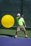 Действие Pickleball - старший мужской игрок ударяя удар слева с улыбкой Стоковые Изображения