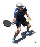 Действие Pickleball - старший человек ударяя шарик Стоковые Изображения RF