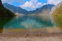 Действующий вулкан Pinatubo и озеро кратера, Филиппины стоковое фото rf