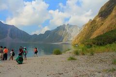 Действующий вулкан Pinatubo и озеро кратера, Филиппины стоковые изображения rf