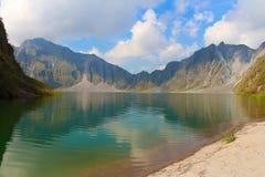 Действующий вулкан Pinatubo и озеро кратера стоковые фотографии rf