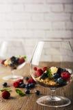 Деконструированное cheescake с смешанными ягодами, селективный фокус Стоковые Изображения