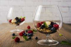 Деконструированное cheescake с смешанными ягодами, селективный фокус Стоковые Фото