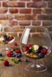 Деконструированное cheescake с смешанными ягодами, селективный фокус Стоковое Фото