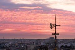 Декоративная антенна против пурпура покрасила облака в Париже Стоковое Изображение