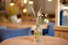 Декоративная ваза бутылки с цветками на таблице Стоковая Фотография RF
