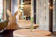 Декоративная ваза бутылки с цветками на таблице Стоковое Изображение RF
