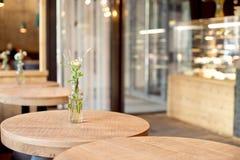 Декоративная ваза бутылки с цветками на таблице Стоковое Фото