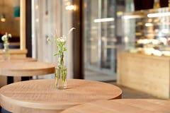 Декоративная ваза бутылки с цветками на таблице Стоковое фото RF