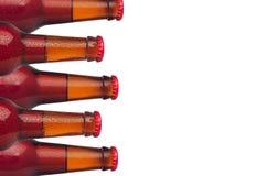 Декоративная граница загерметизированных пивных бутылок лагера изолированных на белой предпосылке Идея проекта для пивоваренной п Стоковые Изображения