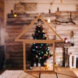 Декоративная деревянная хата Décor ` s Нового Года конструированный тип комнаты домашнего интерьера живя ретро Стоковая Фотография RF