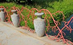 Декоративная загородка каменных amphorae и вплетенных ветвей Стоковые Изображения RF