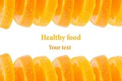Декоративная законцовка от кучи кусков сочного апельсина на белой предпосылке Граница плодоовощ, рамка изолировано еда вареников  Стоковое Фото