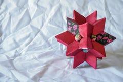 Декоративная звезда красного цвета для комнаты ` s детей стоковые изображения