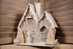 Декоративная игрушка рождества в форме дома покрытого с снегом Стоковые Изображения RF