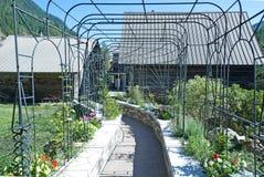 Декоративная металлическая структура, в саде Стоковые Фото