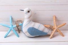 Декоративная птица и морские детали на белой деревянной предпосылке Стоковое Изображение RF