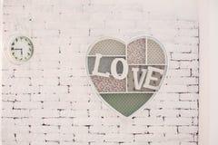 Декоративная рамка с влюбленностью надписи на стене Стоковое фото RF