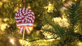 Декоративная рождественская елка с орнаментами, леденцом на палочке и моргать светами сток-видео