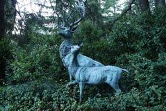 Декоративная скульптура показывая 2 животных леса против задней части Стоковое Изображение