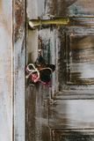 Декоративная смертная казнь через повешение звезды рождества на старой ручке двери Стоковое Изображение