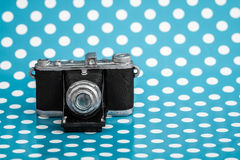 Декоративная старая античная камера на голубой предпосылке Стоковые Фотографии RF