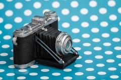 Декоративная старая античная камера на голубой предпосылке Стоковая Фотография