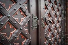 Декоративная старая деревянная дверь церков стоковая фотография