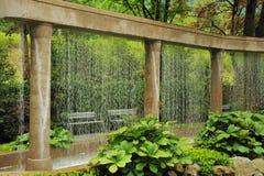 Декоративная стена воды в саде Стоковое Изображение RF