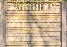 Декоративная стена кирпичей ограждает стену с штендерами на верхней части стоковое изображение rf
