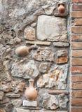 Декоративная текстура каменной стены с баками гончарни Стоковая Фотография
