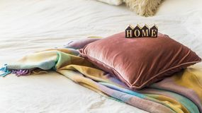 Декоративная уютная подушка и ДОМ надписи В доме с одеялом стоковые изображения rf