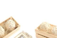 Декоративная цветочная композиция в деревянной коробке Стоковое Фото