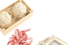 Декоративная цветочная композиция в деревянной коробке Стоковое фото RF