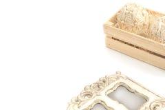 Декоративная цветочная композиция в деревянной коробке Стоковые Фото