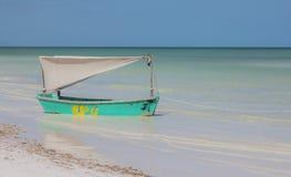 Декоративная шлюпка для того чтобы принять фото в острове Holbox стоковые изображения