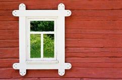 Декоративное белое окно на старой стене сельского дома Стоковые Фотографии RF