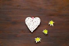 Декоративное белое сердце на деревянной предпосылке декор праздничный стоковое фото