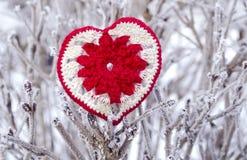Декоративное вязать сердце на ветви ели Концепция зимних отдыхов Предпосылка концепции влюбленности 14-ое февраля Сердце ткани кр Стоковое Изображение RF