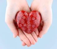 Декоративное красное каменное сердце в руках на день Валентайн Стоковая Фотография