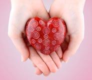 Декоративное красное каменное сердце в руках на день Валентайн Стоковое Фото